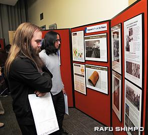 パネル展を見学する米国人参加者