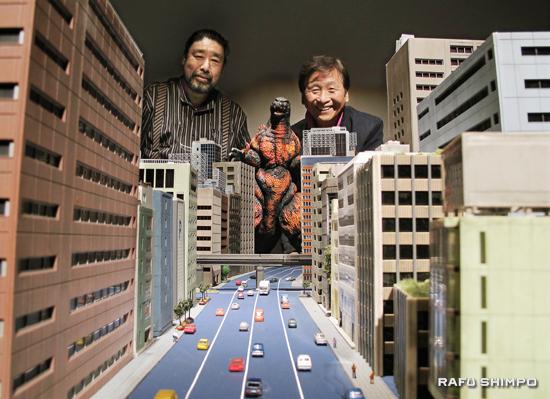 特撮を披露するミニチュアセット制作者の岩崎憲彦さん(左)と特撮監督の川北紘一さん