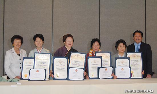 2014年度ウーマン・オブ・ザ・イヤーに選ばれた受賞者と関係者。右から、JACLロサンゼルス支部のキタ支部長、受賞者の平山さん、与那嶺さん、藤間さん、佐藤さん。左端は南加日系婦人会の猪瀬会長