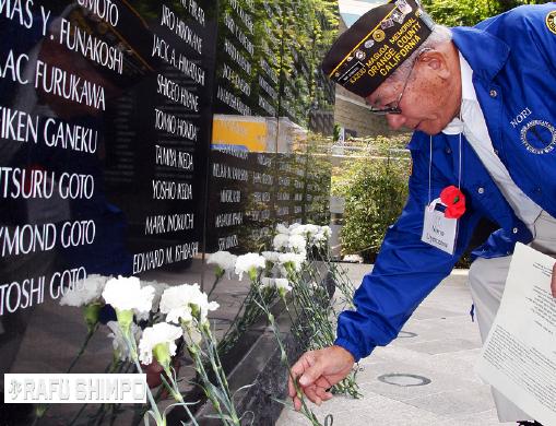 Tributes at the Japanese American National War Memorial Court. (MARIO G. REYES/Rafu Shimpo)
