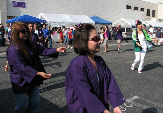 Scenes from last year's ondo/odori (above) and dance-off (below). Photos by J.K. YAMAMOTO/Rafu Shimpo