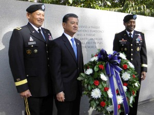 Veterans Affairs Secretary Eric Shinseki (center) at the National Japanese American Memorial to Patriotism in Washington, D.C. in 2011, (J.K. YAMAMOTO/Rafu Shimpo)