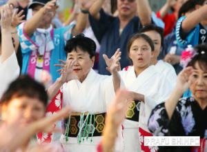 Bon dancing at Valley Japanese Community Center.  (MARIO G. REYES/Rafu Shimpo)