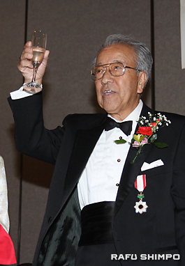 勲章を胸に乾杯する中村さん