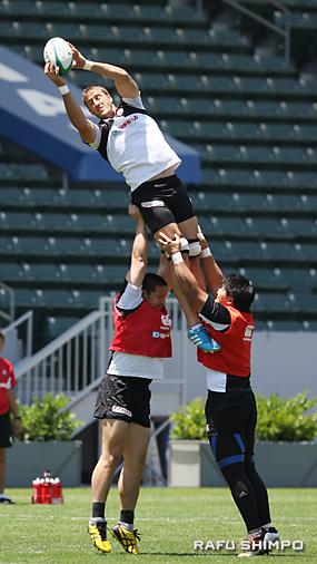 キックオフされたボールをキャッチする日本の練習