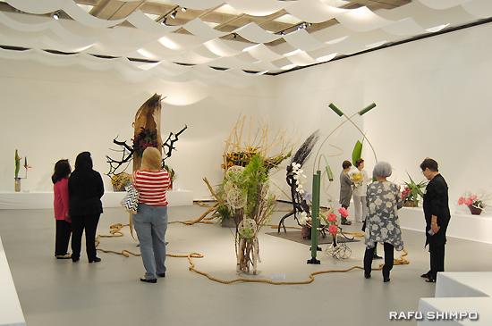 型にとらわれることなく、自由で新しい表現を求めるのが草月流の展示会