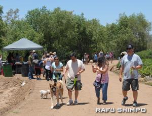 愛犬と農園散策を楽しむ参加者