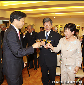Toshio Terry Handa and his wife, Toshiko, share a toast with Consul General Jun Niimi. (JUN NAGATA/Rafu Shimpo)