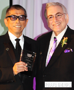 Tadashi Shoji receives the Chairman's Award from Joel Friedman. (GWEN MURANAKA/Rafu Shimpo)