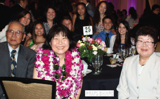 Community Spirit Award recipient Kikuchi is all smiles as she is joined by her family at the awards dinner. (GWEN MURANAKA/Rafu Shimpo)
