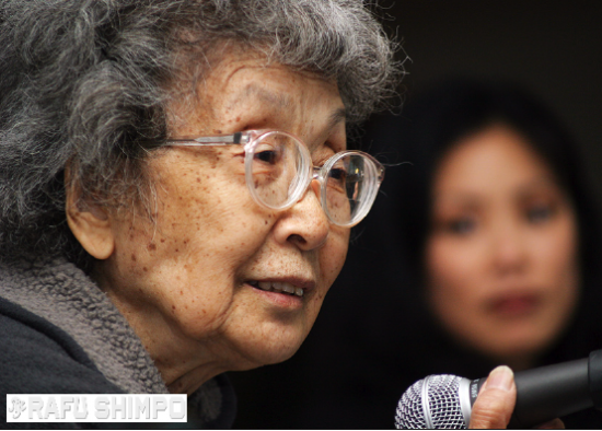 Yuri Kochiyama speaks in April 2005 at the Japanese American National Museum. (MARIO G. REYES/Rafu Shimpo)