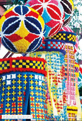 Kazari at last year's Tanabata Festival. (MARIO G. REYES/Rafu Shimpo)