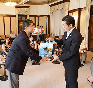 愛媛県庁を訪問し、中村時広知事(右)と記念品を交換する大谷喜平会長