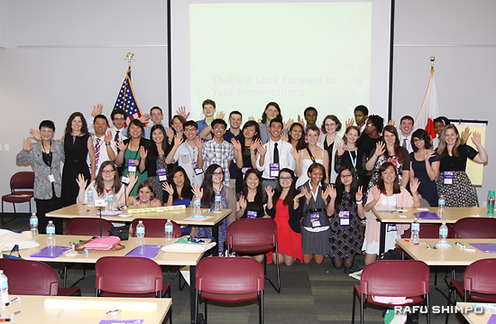 訪日プログラム前に研修を受ける生徒32人と国際交流基金ロサンゼルス日本文化センターのスタッフ