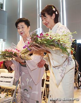 花束を贈られ笑顔の藤間勘須磨(左)、勘須都の両師
