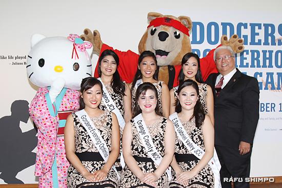 ハローキティと祭のマスコット「アキ」とともに写真に納まる女王を目指す6人の候補者。前列左からティファニー・ハシモト、ドミニク・マシュバン、メリサ・コゾノ。後列左からトーリ・ニシナカ、リンジー・スギモトさん、アシュリ・アリカワさんと岡本委員長(敬称略)