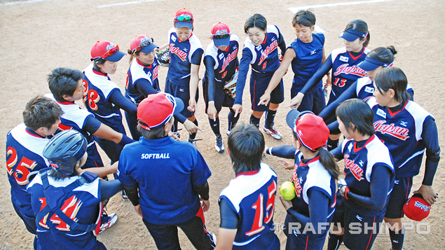 Japan's national softball team gathers for a meeting between innings on Sunday, during their game against Taiwan at the 2014 World Cup of Softball. Japan lost the match to finish in fourth place. (Photos by MIKEY HIRANO CULROSS/Rafu Shimpo)