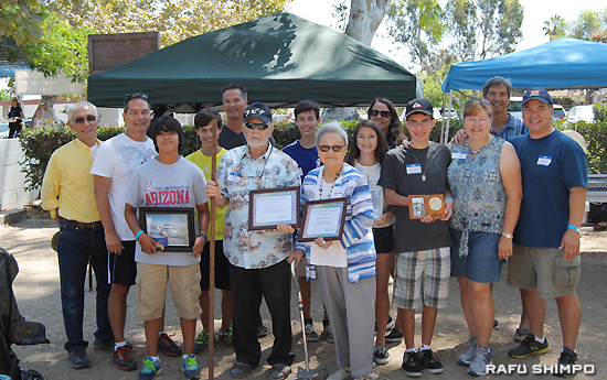 Jack and Nobue Puchalski, center, with their children and grandchildren after receiving a certificate of appreciation from Kanagawa Kenjinkai President Frank Kawase, left, at the group's annual picnic at Wilson Park in Torrance. (RYOKO NAKAMURA/Rafu Shimpo)