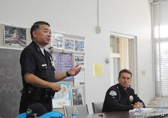誤解の多い歩行者交通ルールについて分かりやすく説明するLAPDのハラ副本部長(左)とセントラル部交通課のボカ巡査