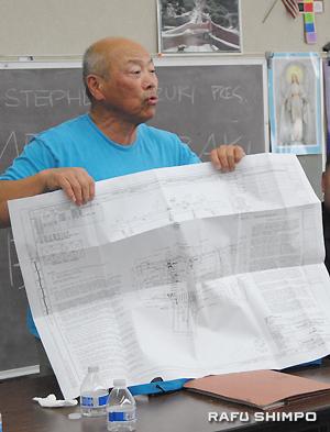 サンペドロとセントラルの間の3街にある「小東京タワーズ」からオマー通りに渡る歩行者信号機の設置について説明するオカザキ氏
