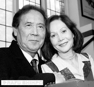 "James Shigeta and Nancy Kwan performed the two-character play ""Love Letters"" at East West Players in Los Angeles in 2004. (MARIO G. REYES/Rafu Shimpo)"