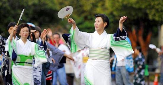 Michiya Hanayagi and daughter Michisuya Hanayagi lead dance practices and Obon Odori every year.
