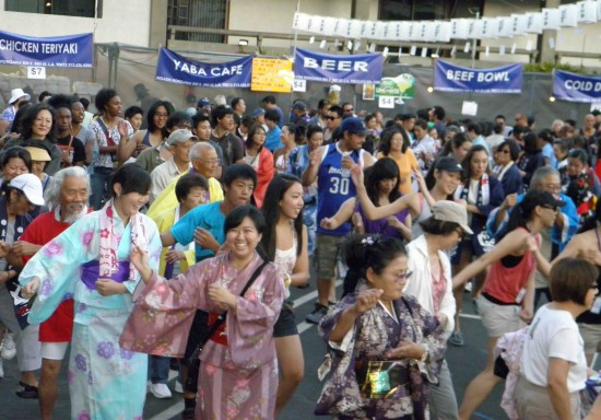 Dancers at Higashi Honganji's 2012 Obon Festival. (Rafu Shimpo photo)