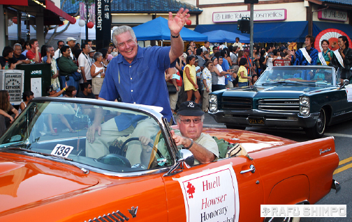 The late Huell Howser rides in a convertible as parade marshal in the Nisei Week Grand Parade in 2007. (MARIO G. REYES/Rafu Shimpo)