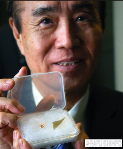 Masahiro Sasaki holds an origami crane folded by his sister Sadako. (MIKEY HIRANO CULROSS/Rafu Shimpo)