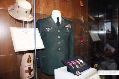 A display case showcases Nakamura's uniform and medals,  including the Bronze Star and Purple Heart. (GWEN MURANAKA/Rafu Shimpo)