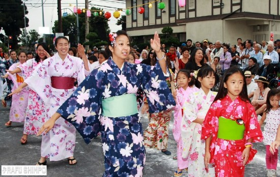 Temple dance instructor Alison Oshinomi leads young girls and young ladies through the steps at last year's Venice Hongwanji Bon Odori. (MARIO G. REYES/Rafu Shimpo)