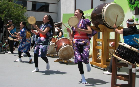 Performers at the reception program included Tenrikyo Church's Yoki Daiko.