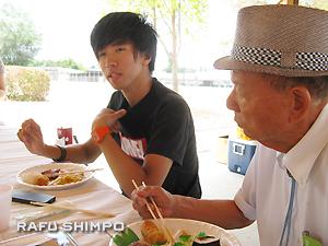 ピクニック参加者と語り合う伊藤健人さん(左)
