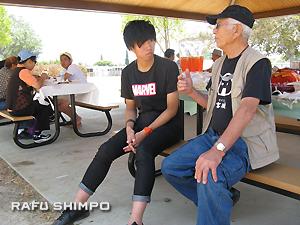 伊藤さん(左)と米澤会長(左)