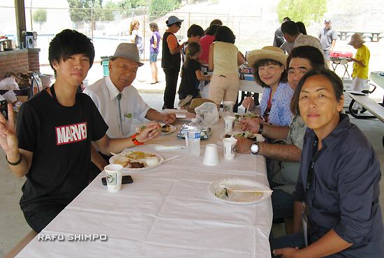 被災地から招かれた伊藤健人さんとピクニック参加者(左)