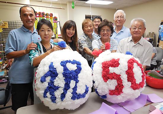 アイデアを出し合って制作した南加県人会協議会の創立50周年記念の祝賀七夕飾り