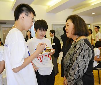 米日カウンシルのアイリーン・ヒラノ会長(左)と会話する西貝茂辰さん(右)