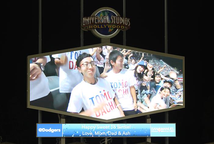 ドジャー球場では、参加者が大きなスクリーンに映し出され、日米の懸け橋となるプログラムが紹介された