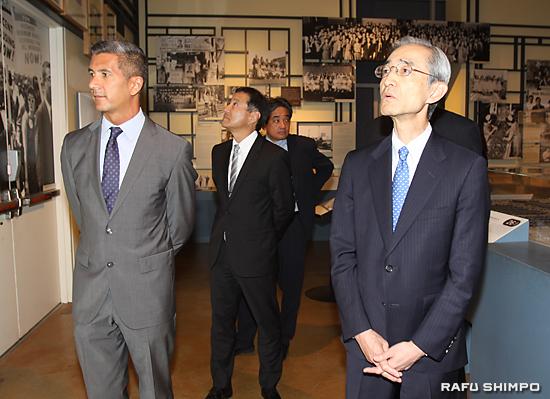 グレッグ・キムラ全米日系人博物館館長(左)の案内で見学する平野信行頭取