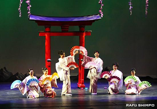 日本舞踊の披露で、扇子を広げポーズを決める6人