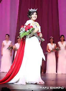 晴れて女王となり、ステージを一周するトーリ・アンジェラ・ニシナカ―リオンさん