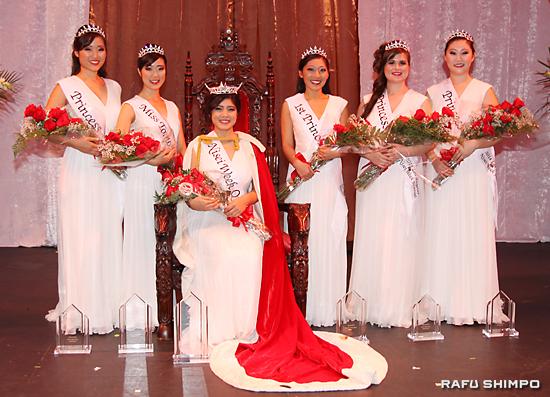 2014年度女王とコート。左からティファニー・ハシモト、ミス・トモダチのアシュリ・アリカワ、女王のトーリ・ニシナカ・リオン、ファースト・プリンセスのリンジー・スギモト、ドミニク・マシュバン、メリサ・コゾノ(敬称略)