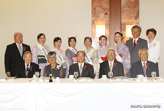 5人の受賞者(前列)と来賓、関係者(後列)ら。前列左から、イワシタ、西元、イノウエ、米澤、カワセの5氏。後列は、左端が岡本実行委員長、右端は堀之内秀久、サビーン総領事夫妻