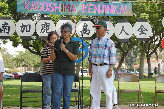 西元会長(中央)から感謝状を贈呈される中間さん(右)と、西さん(左)
