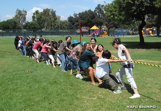 皆で力を合わせて勝利した綱引き大会の女性チーム
