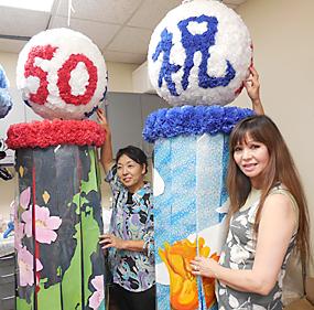 日本をイメージした七夕飾り(左)は佐藤芳江さんが、南加(右)はヨウコ・マッツァさんがそれぞれデザインした
