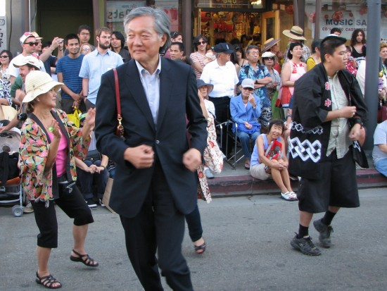 Consul General Harry H. Horinouchi dancing in the Nisei Week Ondo on Aug. 17. (J.K. YAMAMOTO/Rafu Shimpo)