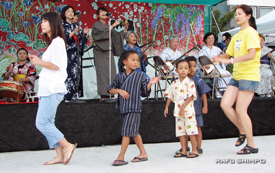 minyo station-dancers
