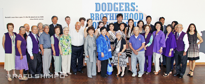 JANM volunteers and staff join Hideo Nomo (standing tall at center) along with dignitaries and museum president and CEO Greg Kimura (to Nomo's right), during a visit by the former Dodger great on Tuesday. (Photos by MARIO G. REYES/Rafu Shimpo)