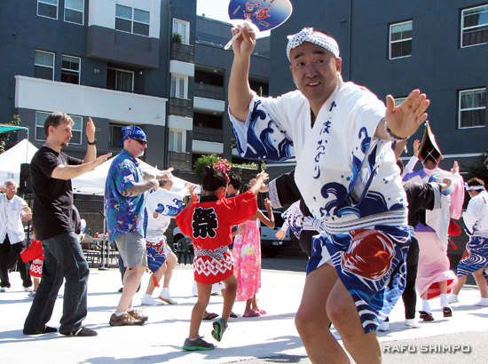 Awa Odori Tokushima Ren performed and invited the audience to join in. (J.K. YAMAMOTO/Rafu Shimpo)
